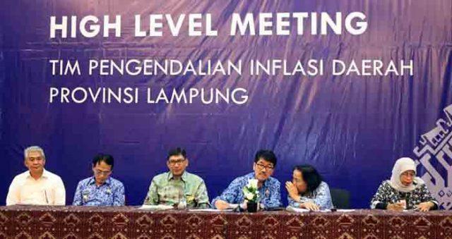 Pj. Sekdaprov Lampung Hamartoni Ahadis (ketiga dari kanan) saat memimpin Rapat Koordinasi Tim Pengendali Inflasi Daerah TPID High Level Meeting (HLM) di Kantor Perwakilan Bank Indonesia (BI) Provinsi Lampung, Selasa (17/4/2018).