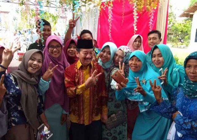 WargaTejo Martani, Natar, berfoto bersama Cagub Lampung Herman HN.