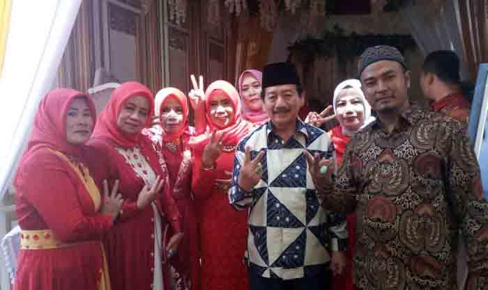 Di Resepsi Pernikahan, Herman HN Jadi Rebutan Warga yang Ingin Berfoto Bersama