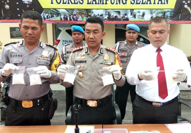 Kapolres Lampung Selatan, AKBP M. Syarhan (tengah) saat menunjukkan barang bukti sabu-sabu yang disita dari tersangka Husman Husni (52), warga Desa Serirengas Permatan, Medan, Sumatera Utara.