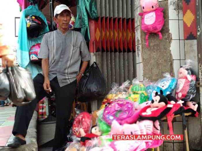 Mulyadi Tanjung, berjualan boneka di Pasar Tengah, Bandarlampung, Sabtu (28/4/2018)