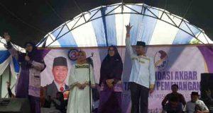 Calon Bupati Lampung Utara, Agung Ilmu Mangkunegara (kanan) mendengarkan pernyataan dukungan Ketua Pengurus Daerah Muslimah, Khairuna Arfalah (kiri) terhadapnya.