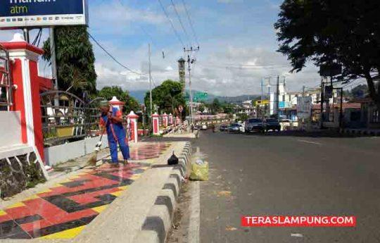 Parian membersihkan sampah di sekitar Jalan dr. Susilo Bandarlampung.