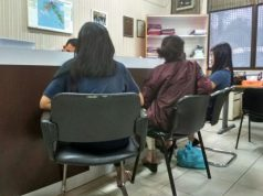 Penyidik Reskrim Polres Barelang melakukan pemeriksaan terhadap tiga penari erotis dalam kasus pornoaksi di Dataran Engku Putri, Batam Centre. (Foto: Kokorimba/Batamnews)