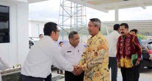 Pjs Gubernur Lampung Didik Suprayitno (baju batik) meninau pembangunan JTTS di Jati Agung, Lampung Selatan, Kamis (1/4/2018).