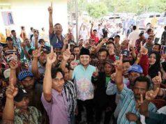 Ridho Ficardo bersama warga Karawang Sari, Natar, Lampung Selatan, Jumat (20/4/2018).