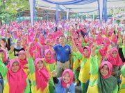 Ridho Ficardo, bersama warga Desa Hanura, di Kecamatan Teluk Pandan, Kamis (19/4).