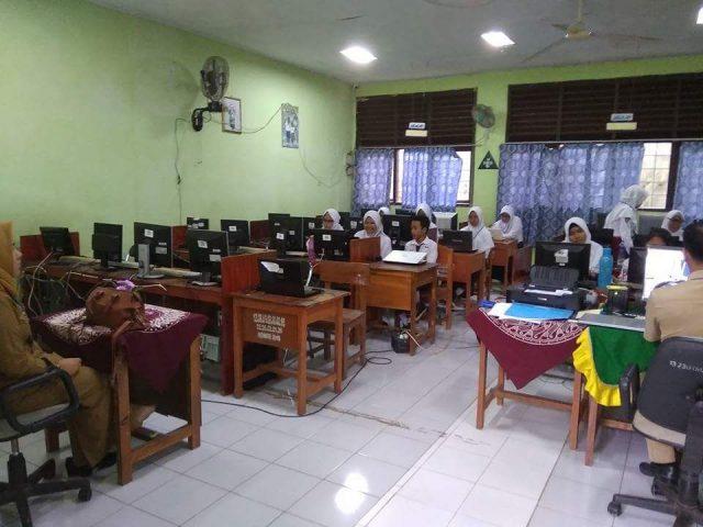 UNBK di SMPN 16 Bandarlampung, Senin (23/4/2018).