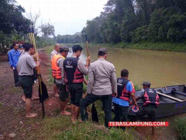 Personel BPBD Lampura menguji coba dua unit perahu bantuan dari BNPB