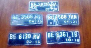 Pelat nomor polisi sepeda motor dan alat yang dipakai komplotan Feri untuk mencuri sepeda motor.