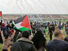 Warga Palestina berunjuk rasa di perbatasan Jalur Gaza berlari menghindari tembakan gas air mata yang diluncurkan melalui drone milik militer Israel, Jumat (30/3/2018).
