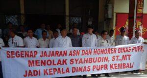 Puluhan pegawai Dinas PUPR Lampung Utara membentangkan spanduk penolakan Syahbudin untuk kembali memimpin instansi mereka