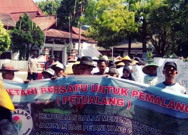 Unjuk rasa ratusan petani Kabupaten Pemalang, Jawa Tengah, di depan Kantor Bupati Pemalang. Mereka menolak Kartu Tani.