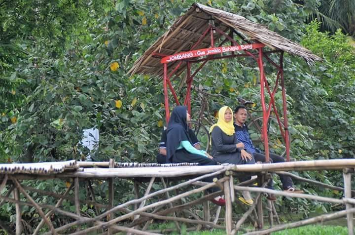 Ngobrol santai di desa wisata Tanjung Kesuma, Purbolinggo, Lampung Timur.