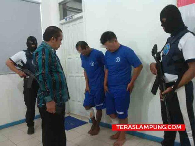 Rafi Febrianto (warga Bukit Kemuning, Lampung Utara) dan Hendrik (warga Telukbetung, Bandarlampung) dua tersangja bandar narkoba yang dilumpuhkan petugas BNN Lampung dengan tembakan di kakinya.