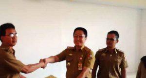 Pelaksana Tugas (Plt) Asisten II Sekretaris Kabupaten Lampung Utara bersalaman dengan Plt Kepala Dinas PUPR, Syahbudin usai prosesi serah terima jabatan, Senin (2/4/2018).