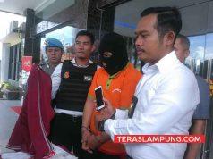Kasat Reskrim Polresta Bandarlampung, Kompol Harto Agung Cahyono menunjukkan barang bukti ponsel yang disita dari tersangka jambret, Zamzani (33), warga Kelurahan, Way Lunik, Panjang, Bandarlampung.