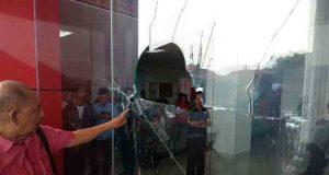 Kaca Gedung Satu Atap Pemkot Bandarlampung dipecahkan warga yang marah,Kamis (19/4/2018).