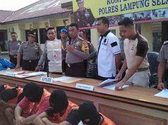 Kapolres Lampung Selatan, AKBP M Syarhan (tengah) didampingi Waka Polres, Kompol Indra Novianto (kanan) dan Kasat Reskrim, AKP Effendi menunjukkan bilik suara almunium yang disita dari enam komplotan tersangka pencurian.
