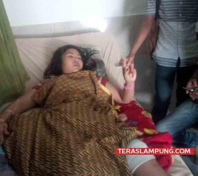 Siti Fatimah mengalami luka di bagian paha karena dibacok begal. Semena adiknya,Safrudin, mati setelah ditembak begal sadis, Kamis pagi (26/4/018).