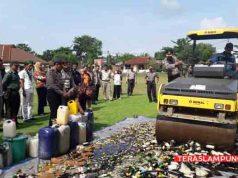 Pemusnakan miras oplosan olejh Polres Lampung Utara, Jumat (20/4/2018).