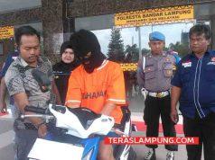 Kasat Reskrim Polresta Bandarlampung, Kompol Harto Agung Cahyono saat meminta tersangka Juli untuk menunjukkan cara mencuri sepeda motor