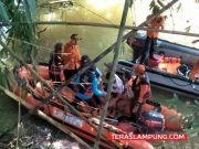 Proses evakuasi jenazah santri tenggelam di aliran Waysesah, Kotabumi