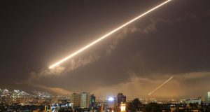 Tembakan misil AS terhadap Suriah yang menarget berbagai lokasi di ibukota Suriah, menggores langit Damaskus yang kelam dengan kilat cahaya putih, Sabtu pagi, 14 April 2018. (Foto: