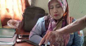 Tenaga honor di Bagian Umum Sekretariat Kabupaten Lampung Utara menunjukan bukti surat masuk dari KASN.