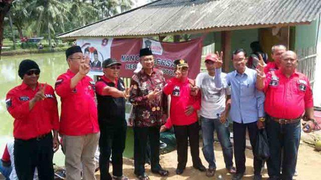 Sutono bersama para relawan Gotong Royong Pekon Tekad, Pulau Panggung, Tanggamus