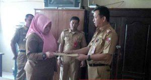 (Mantan) Kepala Dinas PUPR Lampung Utara, Selasa (3/4/2018) menyerahkan pernyataan sikap puluhan pejabat terkait rolling pejabat belum lama ini.