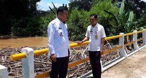 Syahbudin meninjau jembatan yang tersumbat akibat banjir,Kamis (5/4/2018).