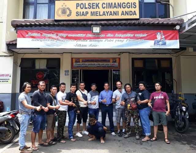 Tersangka HY (22), buronan curas saat diamankan tim gabungan Tekab 308 Polres Tanggamus bersama Jatanras Polres Tangerang Selatan dan Polsek Cimanggis. Polisi menangkap tersangka di perumahan Raffles Hills Cibubur, Jakarta Timur. (foto Humas Polres Tanggamus)