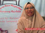 Atika Candra Asih (46) salah satu karyawan swasta di perusahaan Sugar Group Companie (SGC) Lampung yang menjadi relawan di perpustakaan Taman Baca Masyarakat (TBM) Kampung Merdeka yang didirkan oleh Deki.