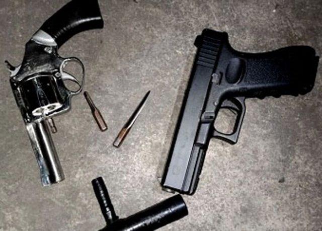 barang bukti senpi rakitan jenis revolver, satu pucuk softgun, kunci letter T dan dua buah anak kuncinya yang diamankan dari du pemuda asal Lampung Timur di Seaport Interdiction (SI) Pelabuhan Bakauheni