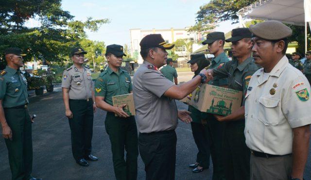 Wakapolda Lampung menyerahkan bingkisan untuk para prajurit dan PNS Korem Garuda Hitam, Kamis (31 Mei 2018).