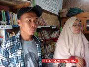 Deki Afrizal (30) yang bekerja sebagai Satpam yang kesehariannya juga sebagai pencari barang bekas (rongsokan) saat ditemui di perpustakaan Taman Baca Masyarakat (TBM) Kampung Merdeka di Jalan Dr Setia Budi, Kelurahan Kuripan, Telukbetung Barat yakni tepat berada di samping Kali Belau