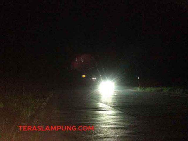 Minimnya penerangan jalan, kondisi Jalinsum di Tanjakan Tarahan, Lampung Selatan saat malam hari gelap gulita. Tanjakan Tarahan pada malam hari akan terlihat terang jika ada kendaraan mobil yang melintas di ruas jalan tersebut (foto dibidik Jumat malam 18 Mei 2018).
