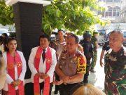 Kapolda Lampung, Irjen Pol Suntana bersama Danrem 043/Gatam, Kolonel Kav Erwin Djatniko saat melakukan pengecekan pengamanan di Gereja Manturia di Jalan Imam Bonjol, Tanjungkarang Barat, Minggu 20 Mei 2018.