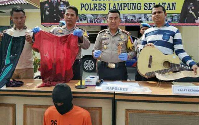 Kapolres Lampung Selatan, AKBP M Syarhan (tengah) didampingi Kasat Re skrim, AKP Effendi (kanan) dan Kabag Ops saat menunjukkan barang bukti