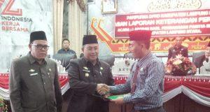 Plt Bupati Lampung Utara, Sri Widodo menerima rekomendasi terkait LKPj tahun 2017 dari pihak DPRD Lampung Utara