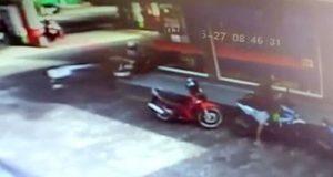 Aksi pelaku curanmor saat gasak motor Honda Beat warna biru putih milik korban driver ojek online (Ojol) di SPBU Kangkung yang terkam kamera CCTV.