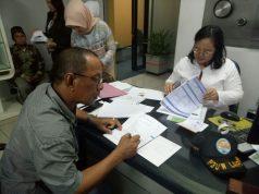 Perwakilan petambak Bumi Dioasena menerahkan 400 lembar sertifikat hak milik untuk disimpan di di BRI,Jl. Raden Intan, Bandarlampung, Senin (7/5/2018).