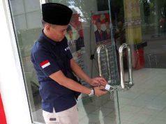 Pintu kantor Kesbangpol Lampung Utara yang digembok dan dirantai