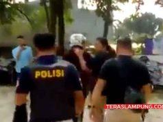 Pemuda diamankan polisi, karena nekat terobos barikade polisi yang sedang melakukan penjagaan dan sterilisasi di Mall Transmart Lampung karena adanya benda mencurigakan yang diduga bom. Selasa,15 Mei 2018.
