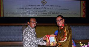 Sekretaris Kabupaten Lampung Utara, Samsir menerima LHP dari ketua BPK, Sunarto dengan predikat WTP.