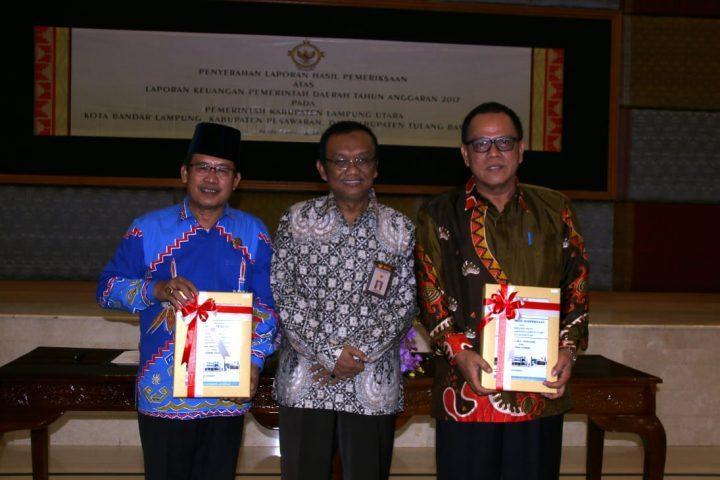 Wakil Ketua II DPRD Lampung Utara, Herwan Mega dan Sekretaris Kabupaten Lampung Utara, Samsir berpose bersama dengan Kepala BPK Perwakilan Lampung sembari menunjukan LHP Lampura dengan opini WTP.
