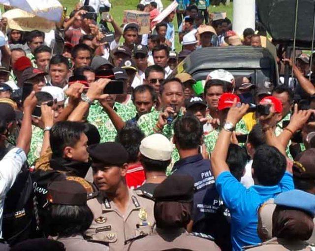 Unjuk rasa ribuan aparatur desa Lampung Utara di Kantor Pemkab Lampura,Rabu (9/5/2018).