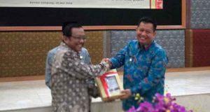 Kepala BPK Perwakilan Lampung, Sunarto,menyerahkan laporan atas hasil laporan keuangan pemerintah daerah tahun anggaran 2017 kepada Plt Walikota Bandarlampung Yusuf Kohar.
