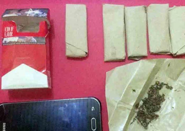 Barang bukti enam paket ganja kering siap edar dan satu unit ponsel yang disita petugas Satres Narkoba Polres Tulangbawang dari tersangka SB (23), warga Tiyuh Tunas Asri, Kecamatan Tulangbawang Tengah. (Foto Humas Polres Tuba)
